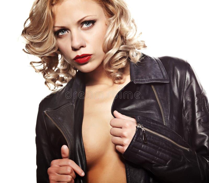 Mujer atractiva en chaqueta de cuero negra imágenes de archivo libres de regalías