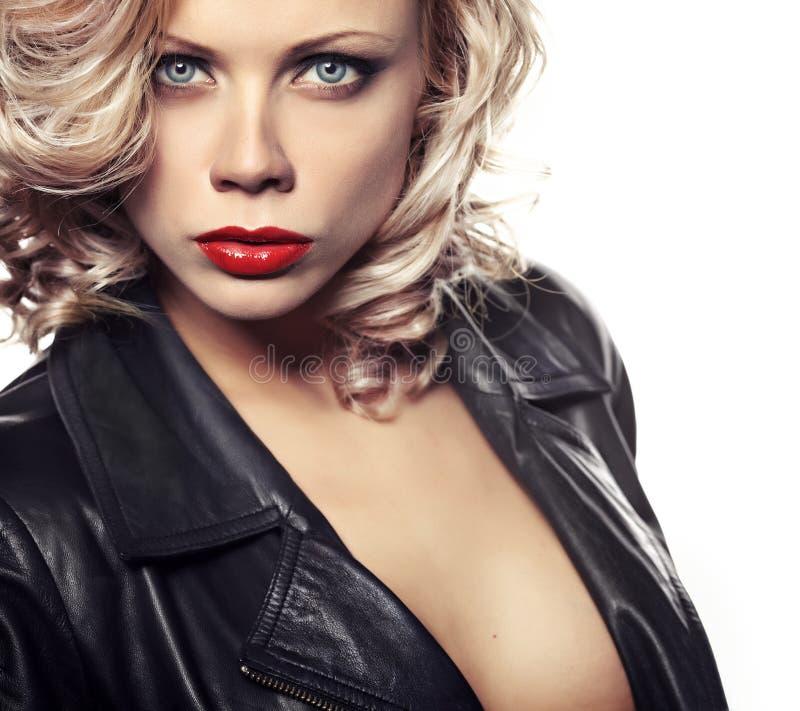 Mujer atractiva en chaqueta de cuero negra imagen de archivo libre de regalías