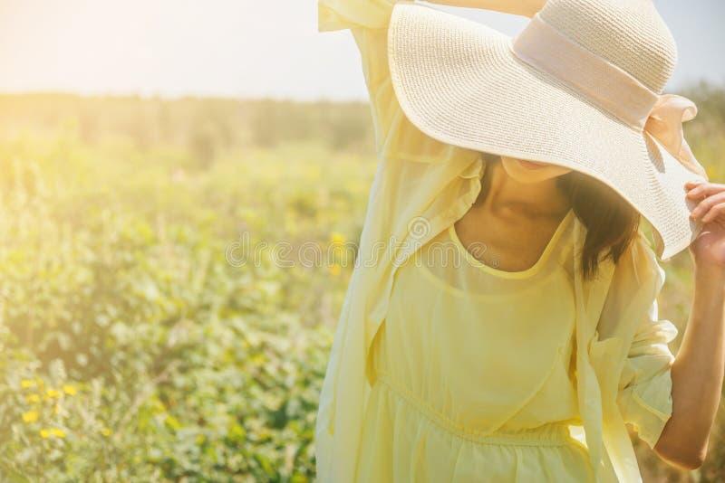 Mujer atractiva en día soleado fotos de archivo