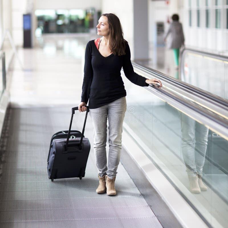 Mujer atractiva en el aeropuerto foto de archivo libre de regalías