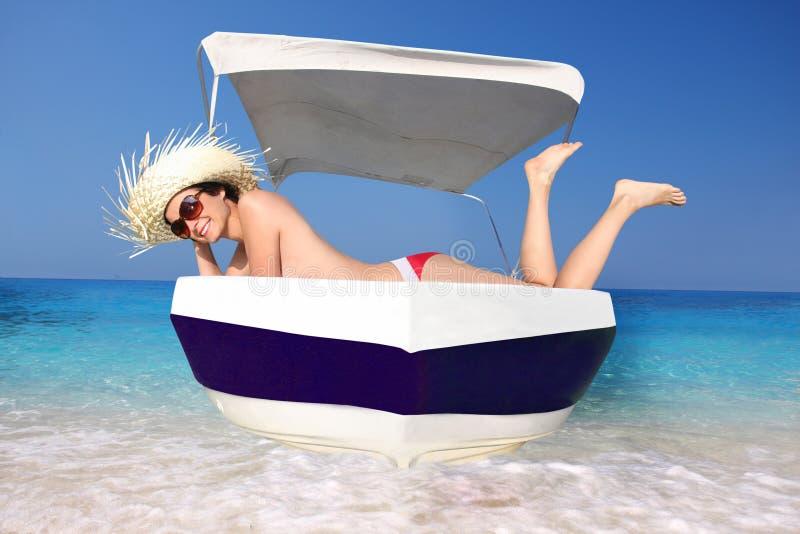 Mujer atractiva en el barco durante verano fotos de archivo