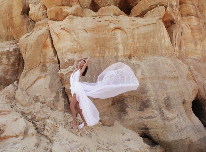 Mujer atractiva en el desierto foto de archivo libre de regalías