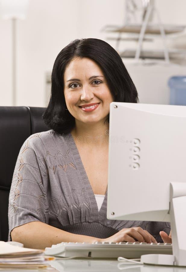 Mujer atractiva en el escritorio. fotos de archivo