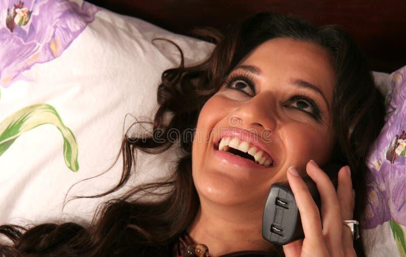Mujer atractiva en el teléfono imagenes de archivo
