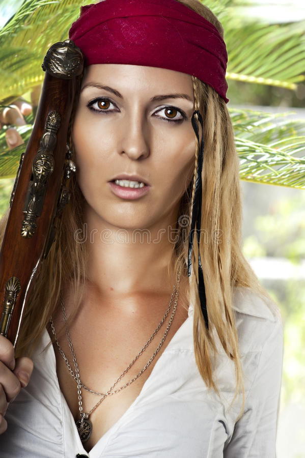 Mujer atractiva en estilo del pirata fotografía de archivo