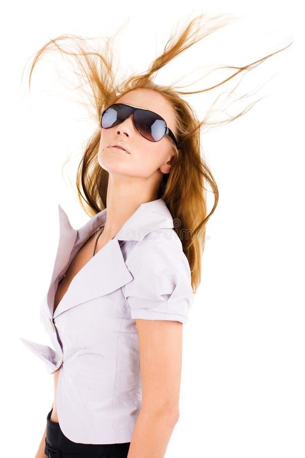 Mujer atractiva en gafas de sol con estilo imagen de archivo