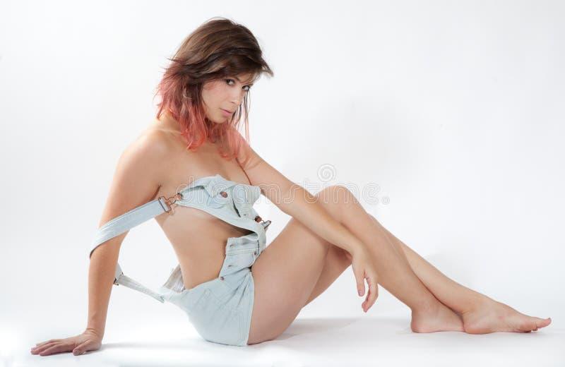 Mujer atractiva en guardapolvos foto de archivo libre de regalías