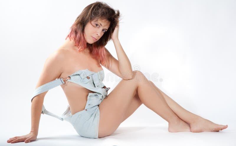 Mujer atractiva en guardapolvos imagen de archivo libre de regalías
