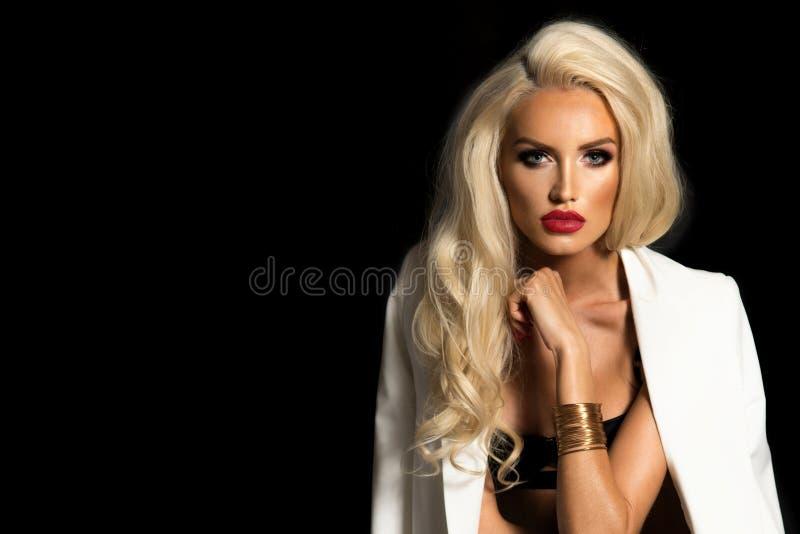 Mujer atractiva en la chaqueta blanca fotos de archivo libres de regalías