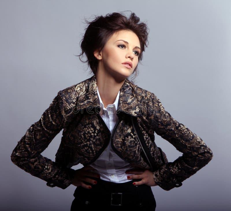 Mujer atractiva en la chaqueta de cuero foto de archivo libre de regalías
