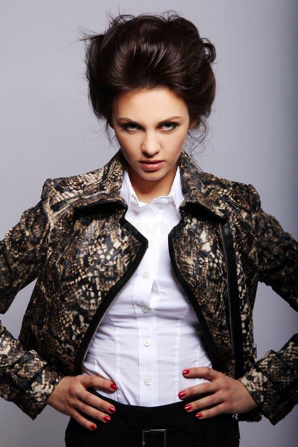 Mujer atractiva en la chaqueta de cuero fotografía de archivo libre de regalías