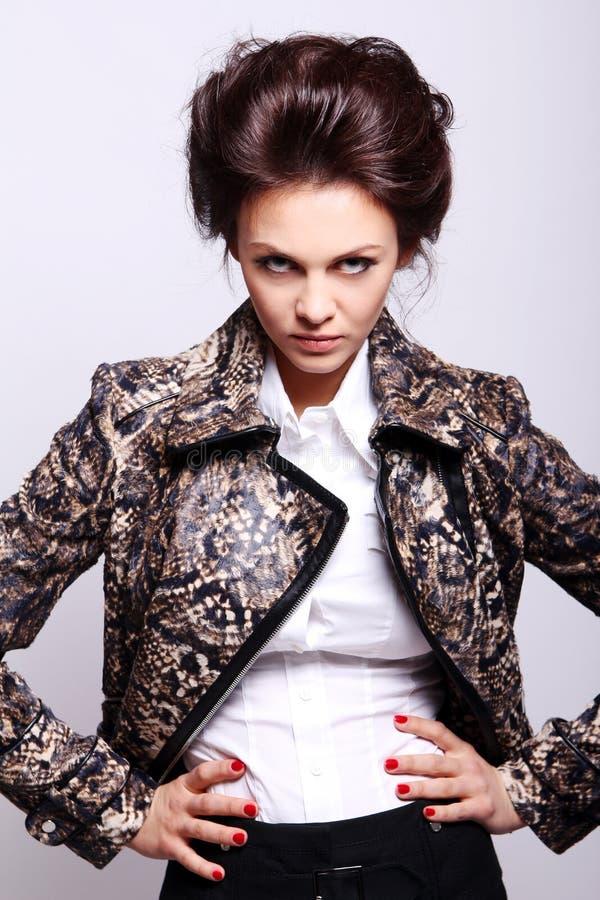 Mujer atractiva en la chaqueta de cuero foto de archivo