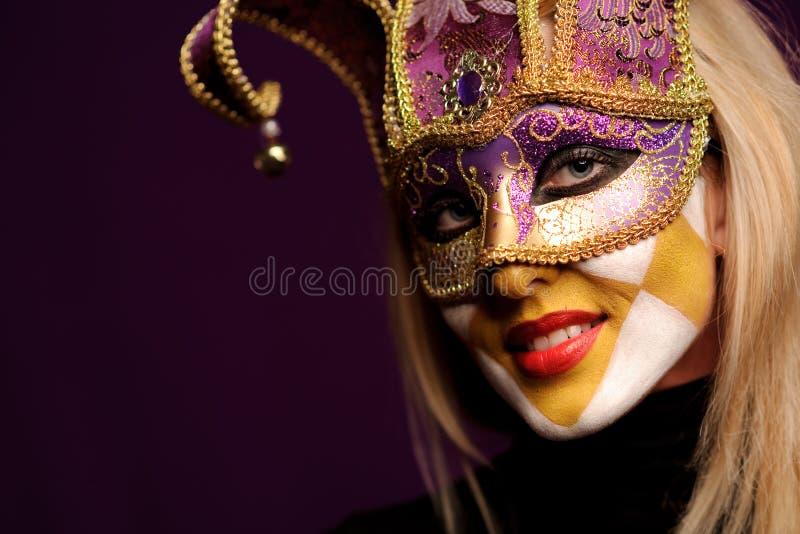 Mujer atractiva en la máscara violeta del partido fotos de archivo