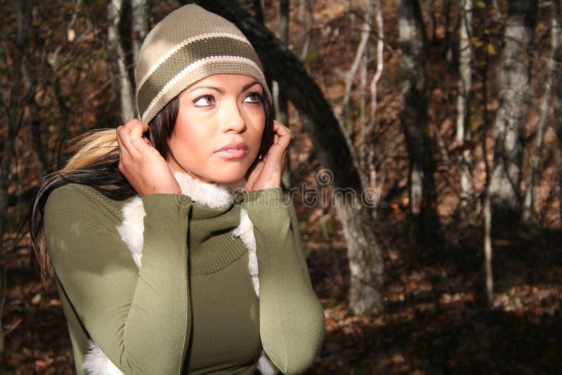 Mujer atractiva en la manera de la caída al aire libre fotografía de archivo libre de regalías