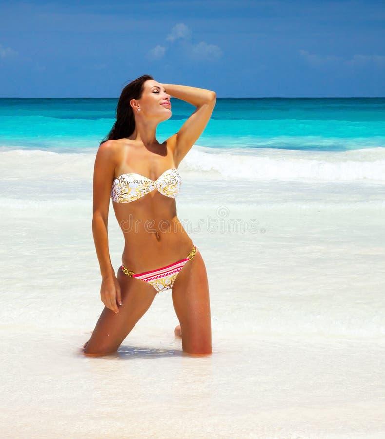 Mujer atractiva en la playa
