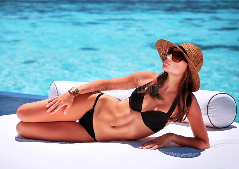 Mujer atractiva en la playa foto de archivo libre de regalías