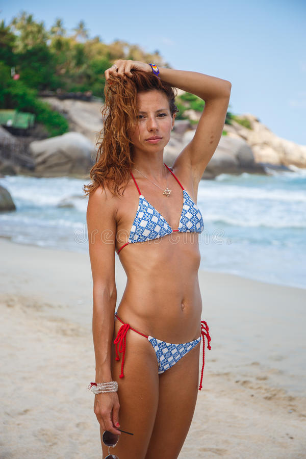 Mujer atractiva en la playa fotografía de archivo libre de regalías