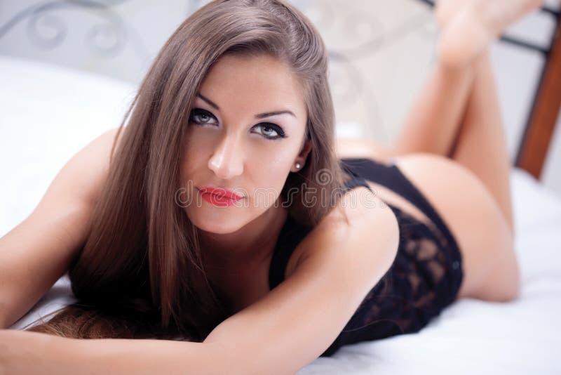 Download Mujer Atractiva En La Ropa Interior Negra Que Miente En Una Cama Imagen de archivo - Imagen de muchacha, negro: 41915017