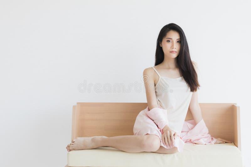 Mujer atractiva en los pijamas que presentan en humor atractivo imagen de archivo