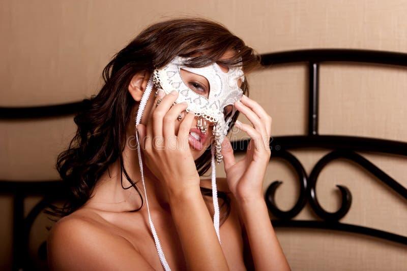 Mujer atractiva en máscara del carnaval imagenes de archivo