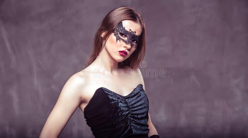Mujer atractiva en máscara negra imágenes de archivo libres de regalías