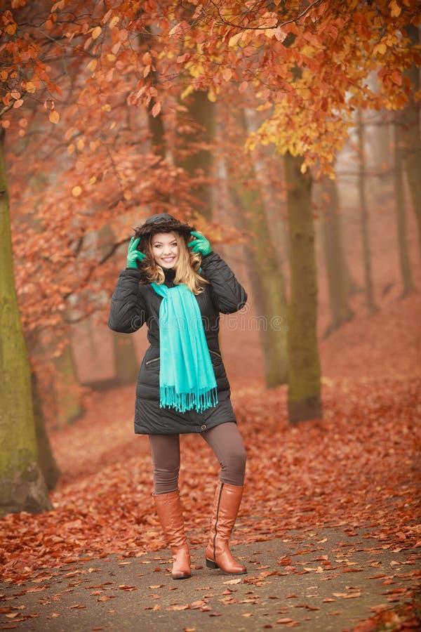 Mujer atractiva en parque otoñal imagen de archivo libre de regalías