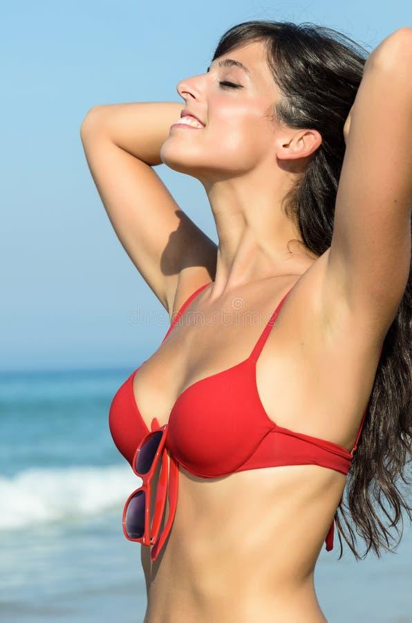 Mujer atractiva en playa del verano fotos de archivo