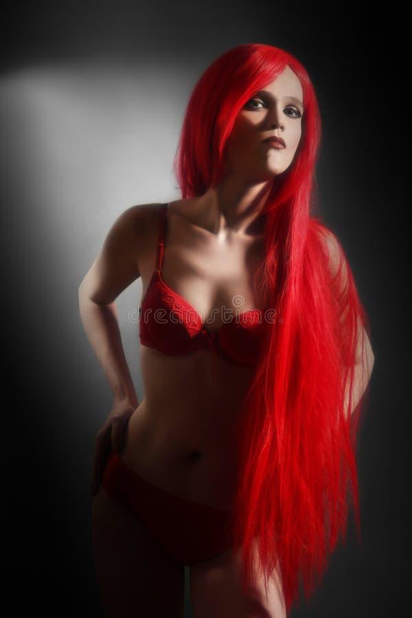 Mujer Atractiva En Ropa Interior Roja Foto de archivo libre de regalías