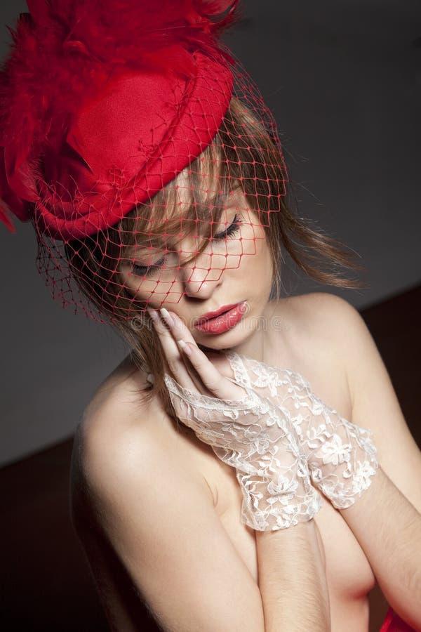 Mujer atractiva en sombrero rojo fotografía de archivo