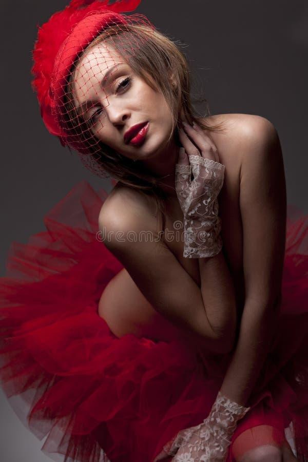 Mujer atractiva en sombrero rojo con el velo neto imagen de archivo libre de regalías