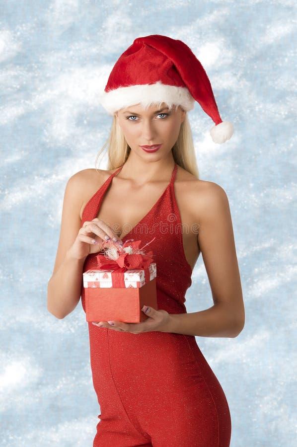 Mujer atractiva en tiempo de la Navidad fotografía de archivo