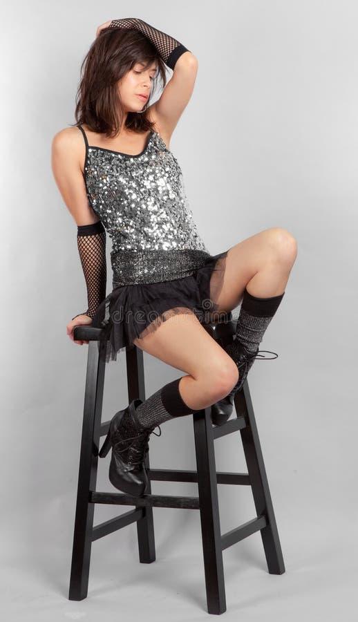 Mujer atractiva en top y Mini Skirt de la lentejuela imágenes de archivo libres de regalías