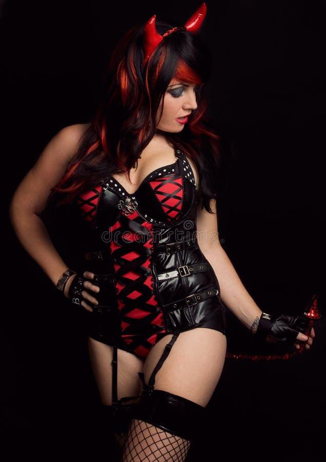 Mujer atractiva en traje del diablo fotografía de archivo