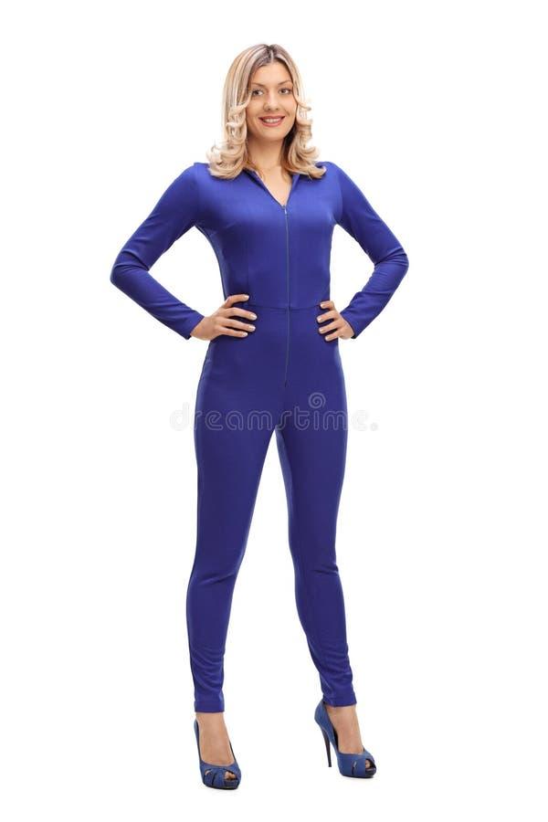 Mujer atractiva en un traje de una sola pieza fotos de archivo