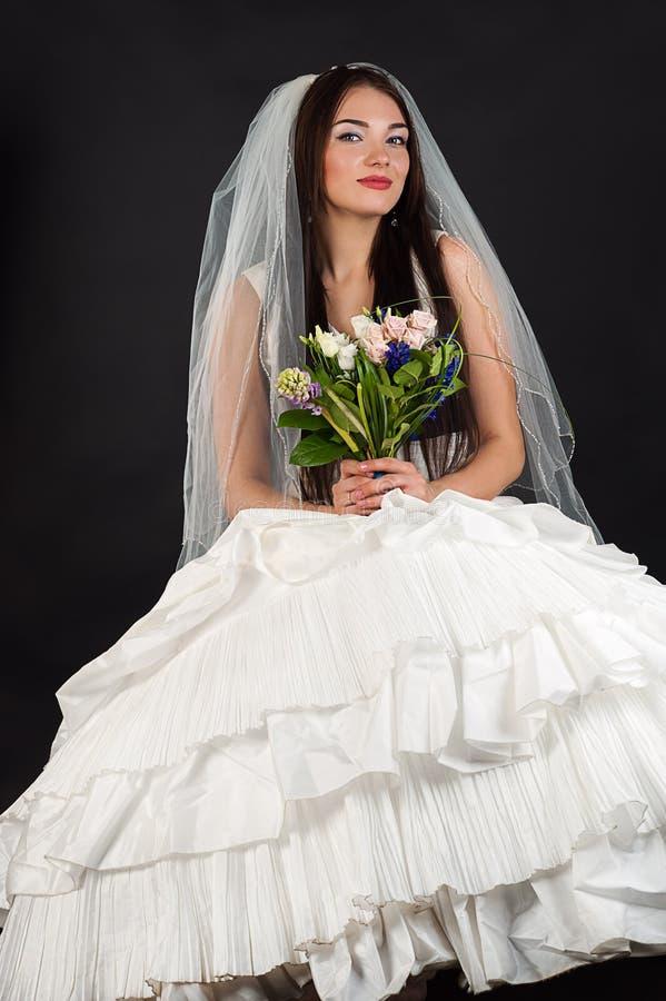 Mujer atractiva en un vestido de boda imagenes de archivo