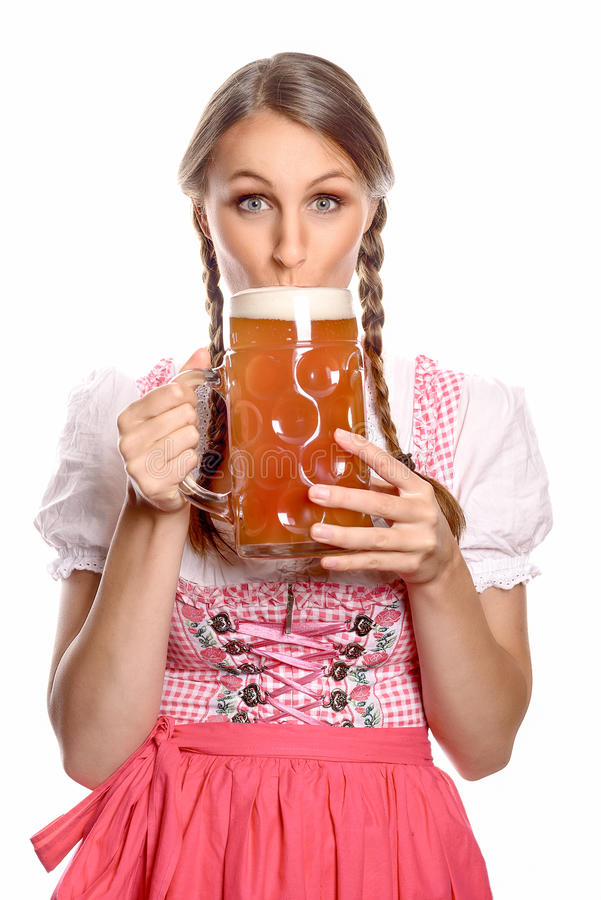 Mujer atractiva en una cerveza de consumición del dirndl foto de archivo