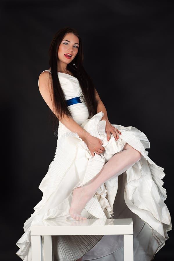 Mujer atractiva en una media de la boda foto de archivo