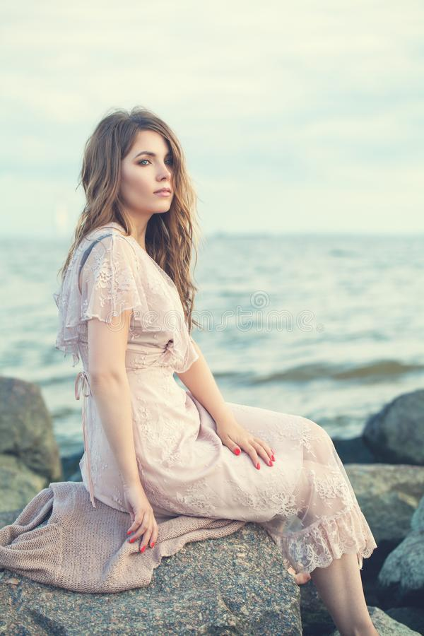 Mujer atractiva en vestido del boho en la costa del océano, retrato romántico foto de archivo libre de regalías
