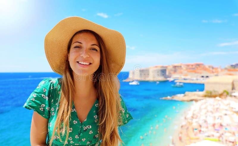 Mujer atractiva feliz del viajero en Croacia con la ciudad y el mar Mediterráneo viejos en el fondo, Europa de Dubrovnik fotografía de archivo libre de regalías