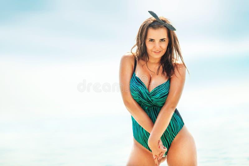 Mujer atractiva gorda en traje de baño cerca del mar foto de archivo