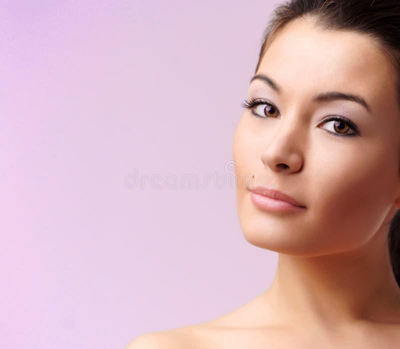 Mujer atractiva hermosa foto de archivo