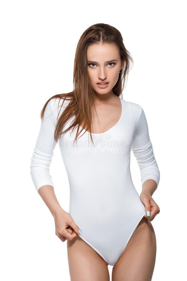 Mujer atractiva hermosa con el cuerpo perfecto en el mono blanco fotografía de archivo