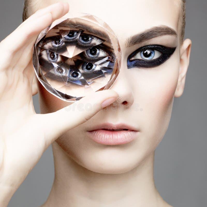 Mujer atractiva hermosa con el diamante grande foto de archivo libre de regalías