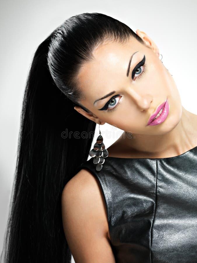 Mujer atractiva hermosa con el maquillaje de la moda del encanto de ojos y del gl imágenes de archivo libres de regalías
