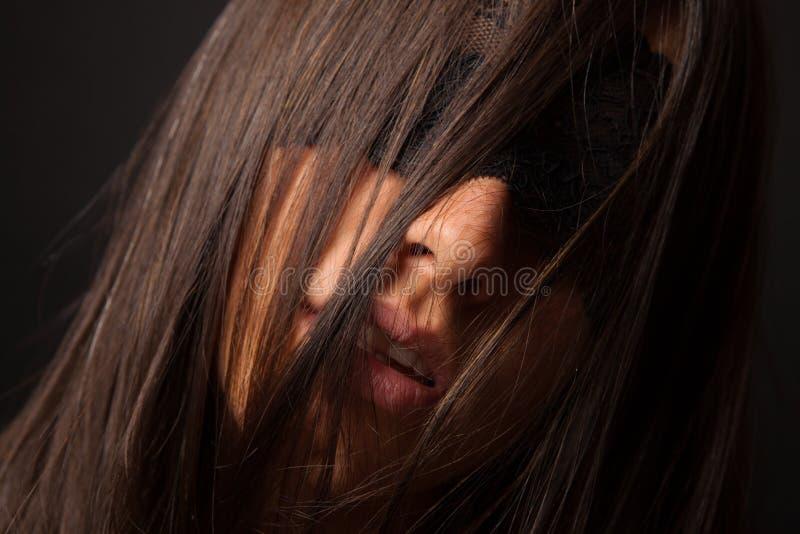 Mujer atractiva hermosa con el pelo dispersado foto de archivo
