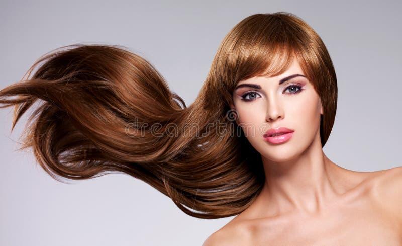 Mujer atractiva hermosa con el pelo largo imágenes de archivo libres de regalías