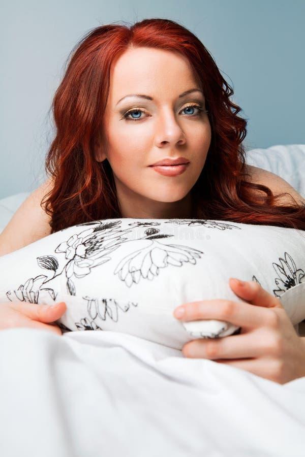 Mujer atractiva hermosa con el pelo rojo fotografía de archivo