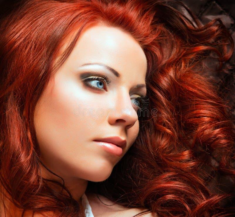 Mujer atractiva hermosa con el pelo rojo fotos de archivo