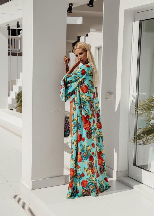 Mujer atractiva hermosa con el pelo rubio en traje de natación elegante foto de archivo libre de regalías