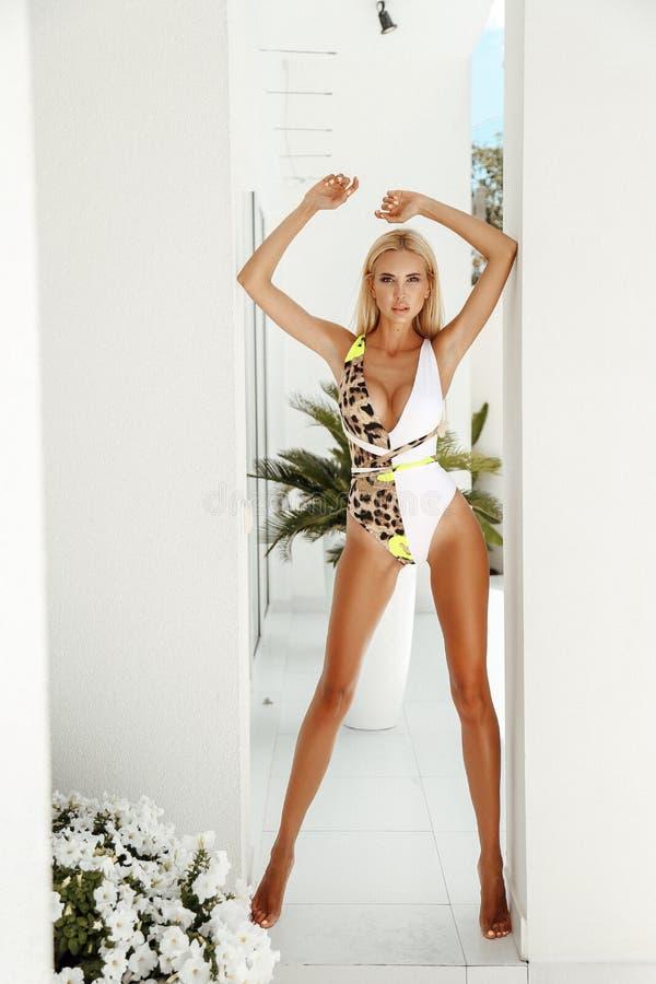 Mujer atractiva hermosa con el pelo rubio en traje de natación elegante fotos de archivo libres de regalías